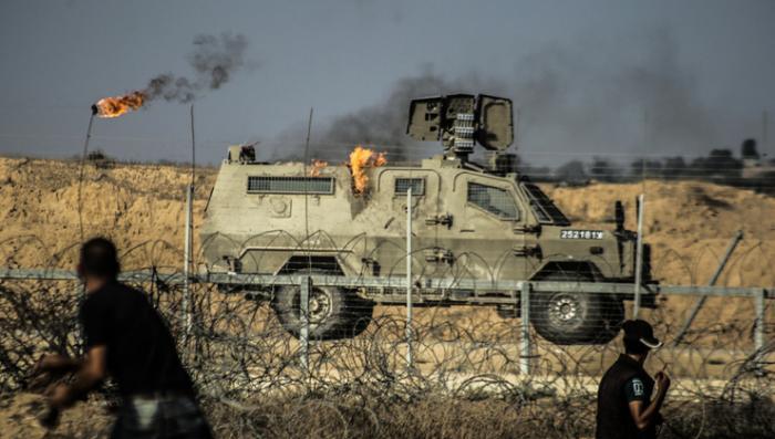 إعلام العدو:تضرر مركبة عسكرية جراء رشقها بالزجاجات الحارقة على حدود قطاع غزة