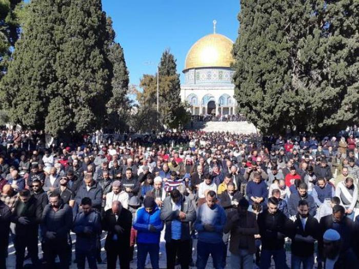 عشرات آلاف المصلين يؤدون اليوم صلاة الجمعة في المسجد الأقص