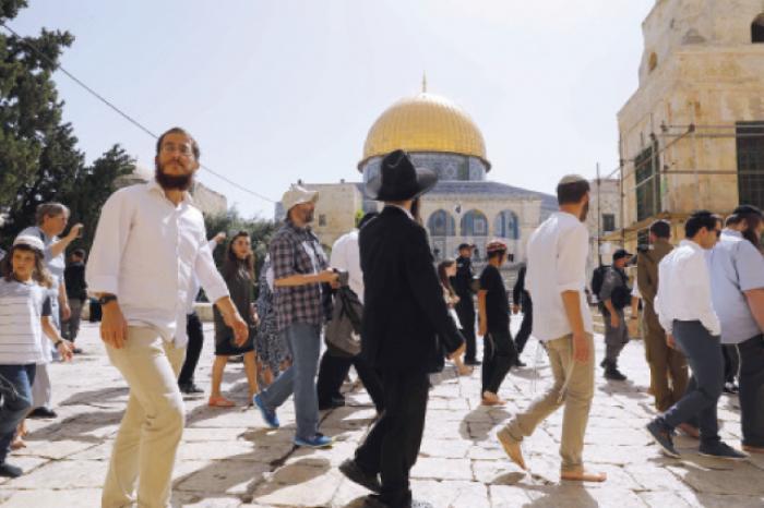 مستوطنون بحماية شرطة الاحتلال يقتحمون المسجد الأقصى ومصلى باب الرحمة