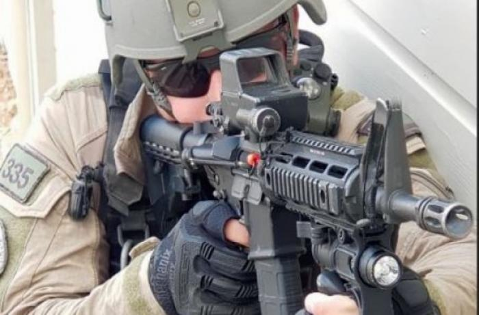 شرطة العدو تزود عناصرها بقفازات مضادة للسكاكين