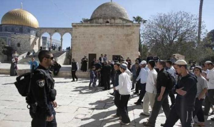 بحماية من قوات الاحتلال مستوطنون يقتحمون المسجد الأقصى